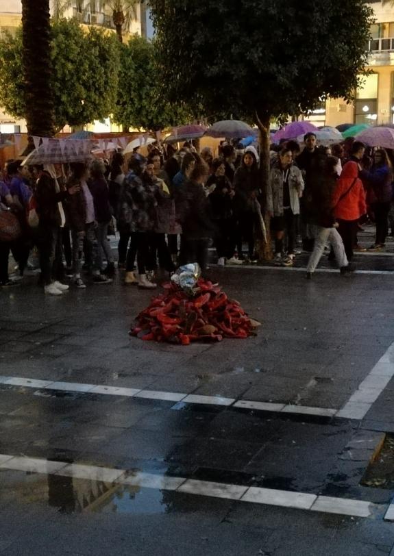 8M Zapatos rojos en Plaza Arenal, Jerez