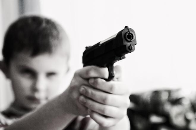 niño con arma